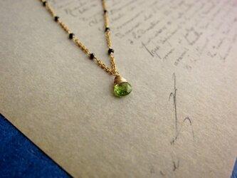 オリーブ色のネックレスの画像