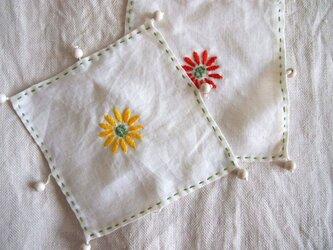 デイジーの刺繍をしたリネンのジャグ&グラスカバーの画像