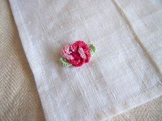 バラの立体的な刺繍をした小さなリネンクロスの画像