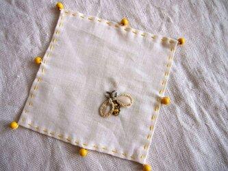 ミツバチの刺繍の小さなリネンのクロス、グラスカバーの画像