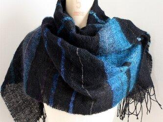 手織りストール 黒地にぼかしモヘアのブルーの画像