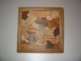 5種類の木で作ったパズルの画像