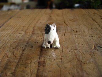 小さな小さな木彫りの犬 (ブルテリア)の画像