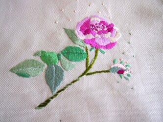 一輪のバラを刺繍したコットンのクロスの画像