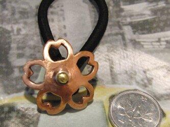 銅ブロンズ製 桜花型ヘアゴムループコンチョ 髪留め・バッグボタン飾り・ペットの首輪飾りにもの画像