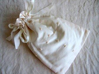 シルク混シャンタン生地の白刺繍のポーチの画像