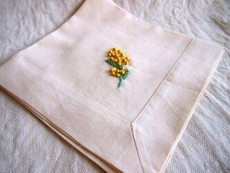 ミモザの一枝をウッドビーズで刺したリネンのテーブルナプキンの画像