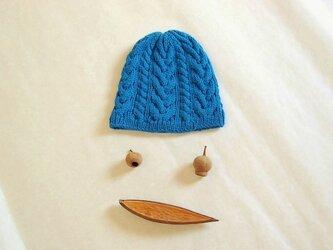 あざやかブルーのニット帽の画像