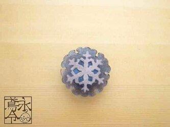 帯留 大きな薄いブルーグレイの雪輪に白い雪の結晶の画像