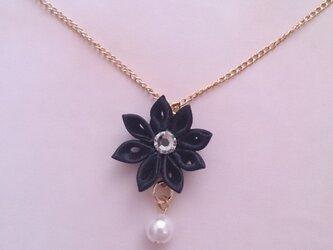 【つまみ細工】小さなお花のネックレス(黒)の画像