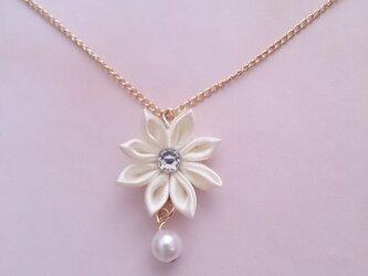 【つまみ細工】小さなお花のネックレス(クリーム)の画像