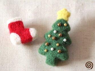 クリスマスツリーと靴下のブローチの画像