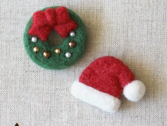 クリスマスリースとサンタ帽のブローチの画像