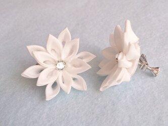 【つまみ細工】白い布花のイヤリング/ピアスの画像