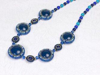 円形パフのネックレス・コバルトブルーの画像
