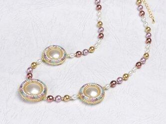 円形パフのネックレス・ホワイト&マルチカラーの画像