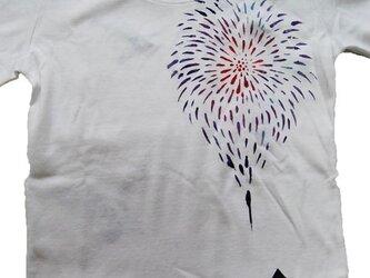 夏、花火あがる空のTシャツの画像