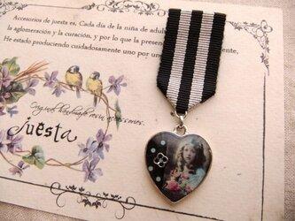 勲章風ブローチ*少女と花の画像