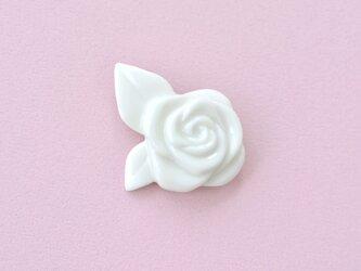 白磁のブローチ(白バラ)の画像