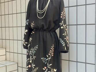 【SOLD OUT】留袖を使った黒地花柄のワンピースの画像