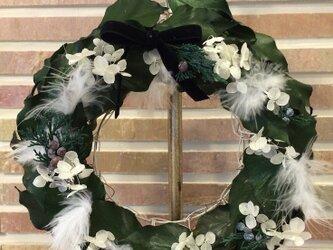 ★クリスマス向け★グリーンアイビーがたっぷり入った雪化粧のリースの画像