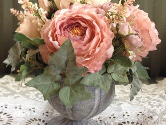 いつでもお家にお花を:アンティークローズのテーブルアレンジの画像