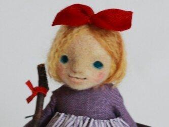 箒を持った女の子 No.210の画像