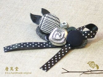 リボンとボタンのブローチ黒の画像
