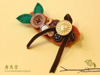 リボンとボタンのブローチ茶(森)の画像