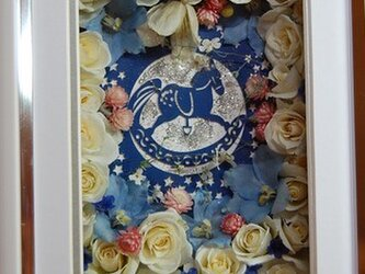 木馬と白薔薇の画像