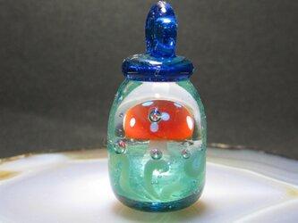 ガラスのアクセサリ・瓶詰めキノコの画像