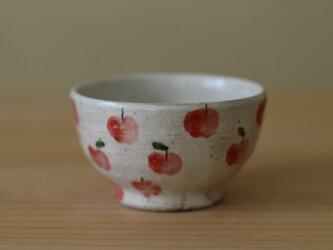 小さいりんごいっぱいのお茶碗。の画像