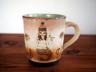 アルケミストのマグカップ(毛繕いをする猫と伸びをする猫)の画像