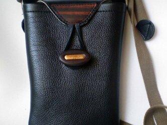 革と木の携帯バッグの画像