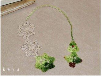 雪とツリーのしおり(緑+アイボリー)/タティングレースの画像