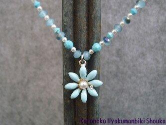 青い花のネックレスの画像
