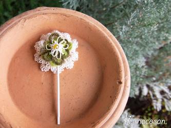タティングでつくった小花のヘアピンの画像
