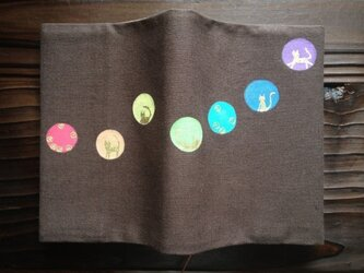 「丸にネコ」手描きブックカバーの画像