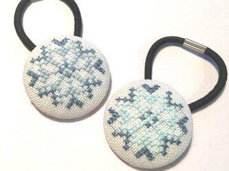 雪の結晶A 刺繍ヘアゴム大 くるみボタンの画像