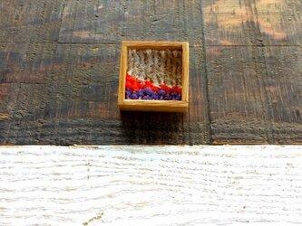 木と裂き織りのブローチ 小01の画像