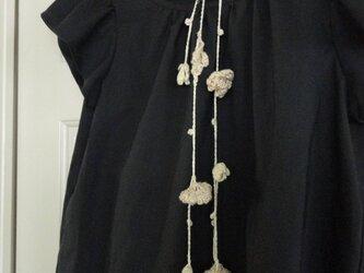 綿麻フリルスリーブの黒いブラウスの画像