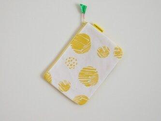 ぺたんこポーチ(M)/黄色(おとぼけ水玉柄)の画像