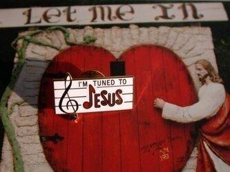 『I'M TUNED TO JESUS』 ホワイト/レッド ピンの画像