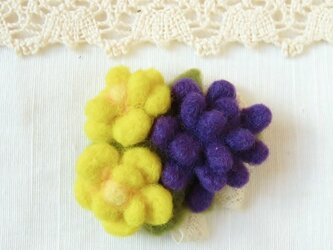フェルトのブローチ 黄色と紫の花 コサージュ風(FAB010YPの画像