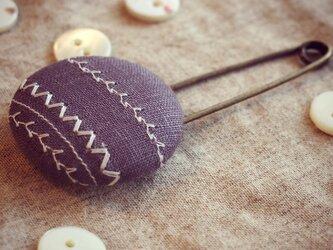 ミシン刺繍くるみボタンのスカーフピン m-10の画像