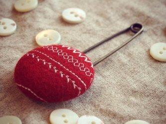 ミシン刺繍くるみボタンのスカーフピン m-11の画像