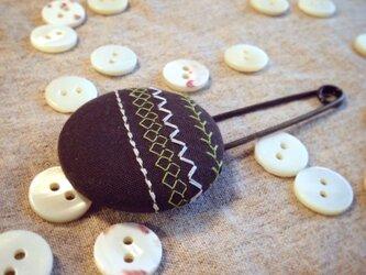 ミシン刺繍くるみボタンのスカーフピン m-13の画像