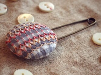 スモッキング刺繍くるみボタンのスカーフピン S-2の画像