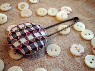 スモッキング刺繍くるみボタンのスカーフピン S-4の画像