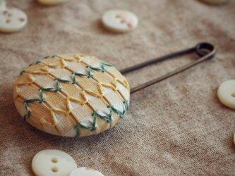 スモッキング刺繍くるみボタンのスカーフピン S-6の画像